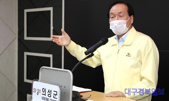 의성군제공 28일 브리핑하는 김주수 의성군수3.jpg