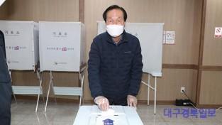 의성군제공 사전투표 참여하는 김주수 군수1 (3) (1).jpg
