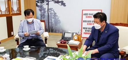 박창석 도의원, 군위군 대구 편입 1인 시위.jpg